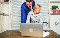 上司不能接受的行为下级雇员 上司接触女性办公室同事 女工遭受性 免版税库存图片