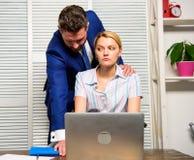 上司不能接受的行为下级雇员 被取缔的联系在工作 在工作场所的性攻击 妇女办公室 库存照片