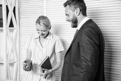 上司和工作者谈论事务 在工作场所的联系 同事平安的友好的大气 ??  库存图片