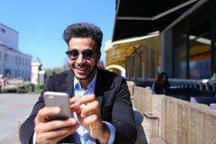 上司在互联网买旅行的票 免版税图库摄影