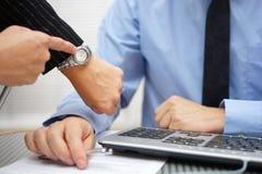 上司在关于未完成的工作的工友紧迫 免版税库存照片