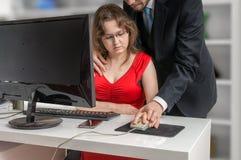 上司或经理在办公室seducting他的秘书 骚扰概念 免版税图库摄影