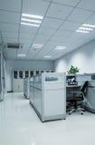 上司控制穿上有办公室场面休眠t您工作的工作者 免版税库存图片