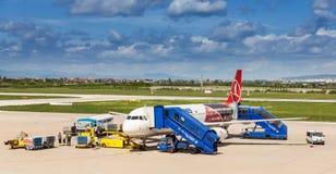 上土耳其航空飞机的Passangers在萨格勒布,克罗地亚 免版税库存图片