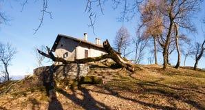 登上圣乔治教会有外面一棵下落的树的 图库摄影