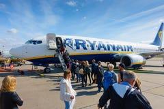 上在低成本航空公司瑞安航空公司航空器的乘客  库存图片