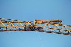 登上在卷扬三角帆部分塔cran的连接运作 免版税库存照片