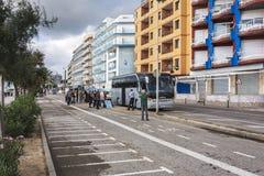 上在城市街道布拉内斯,西班牙上的乘客一辆公共汽车 免版税库存图片