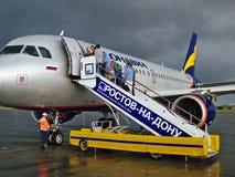 上在多云天气的飞机 顿河畔罗斯托夫机场 免版税库存照片