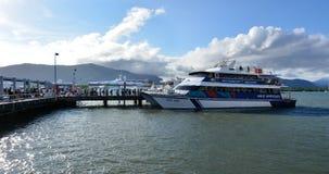 上在巡航小船的访客在石标Qu的细索小游艇船坞 免版税库存照片