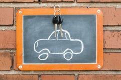 上在有汽车和钥匙的一个砖墙上 免版税库存图片