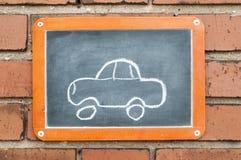 上在有汽车的一个砖墙上 免版税库存图片