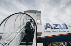 上在柏油碎石地面的乘客一架Azul飞机在里约热内卢,巴西` s圣杜蒙特机场 免版税库存图片