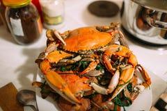 登上在碗的煮熟的青蟹 库存图片
