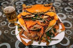 登上在碗的煮熟的青蟹 免版税库存图片
