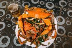 登上在碗的煮熟的青蟹 免版税库存照片
