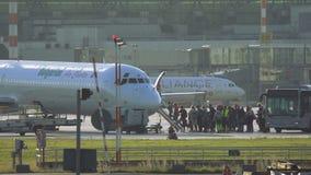 上在麦克当诺道格拉斯公司MD-82的乘客 股票录像