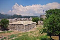上城废墟和城市卡瓦拉,希腊,在背景中 免版税库存照片