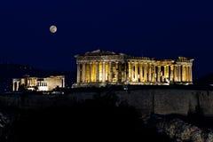 上城满月下晚上帕台农神庙 库存图片