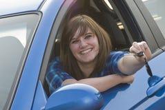 上她的第一辆汽车的青少年的女孩 库存照片
