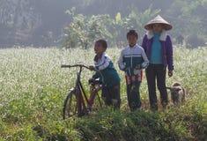 上学的越南孩子乘自行车 免版税库存图片