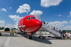 上对在克拉科夫Balice机场的挪威飞机的人们 库存图片