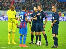 上尉和裁判员足球比赛的在Steaua布加勒斯特和Stromsgodset之间,如果挪威,在欧洲联赛冠军杯期间 免版税库存图片