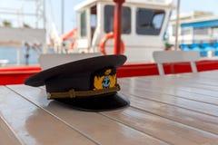 上尉在桌上的` s盖帽 库存照片