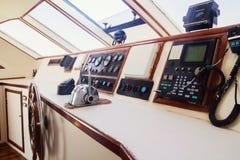上尉的客舱和方向盘,在游艇的特写镜头 免版税库存图片