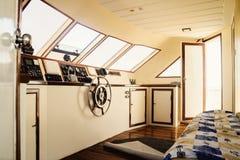 上尉的客舱和方向盘,在游艇的特写镜头 免版税库存照片