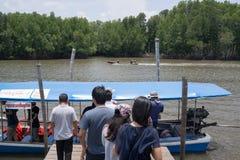 上小船的游人在河 免版税库存照片