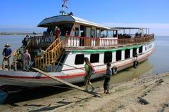 上小船的游人在Mingun,曼德勒,缅甸 免版税图库摄影