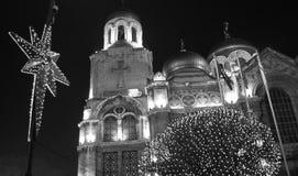 上帝主教的座位的母亲的Dormition在瓦尔纳,保加利亚为圣诞节装饰了 免版税图库摄影