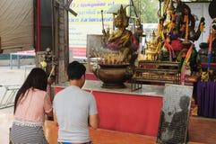 上帝保佑人,并且妇女在Wat Phananchoeng阿尤特拉利夫雷斯, T 库存照片