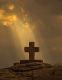 上帝光芒和基督徒十字架 库存照片