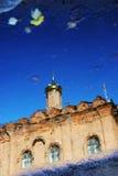 上帝的母亲的图勒加象的教会 抽象反映水 免版税库存照片