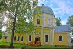 上帝的母亲的标志的教会Znamenskoye-Rayok庄园的(18世纪)在Torzhok区 免版税库存照片