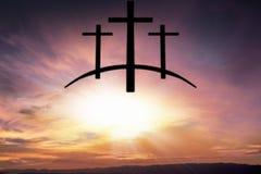 上帝` s十字架 在黑暗的天空的光 背景天堂耶稣宗教信仰 库存照片