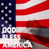 上帝Bles美国-祈祷w/Flag的人 免版税库存图片