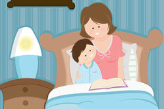 上床时间母亲读取儿子故事 免版税库存照片