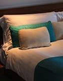 上床时间在旅馆套房 库存照片