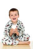 上床时间玻璃愉快他的孩子牛奶 免版税库存照片