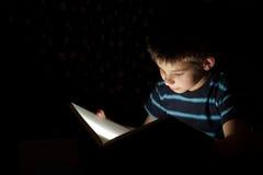 上床时间男孩读取故事 免版税库存图片