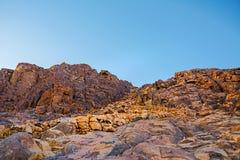 登上摩西沙漠日出 与天空和岩石的自然背景 库存图片