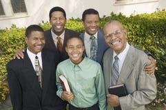上教堂礼拜的人组男 免版税库存图片