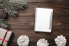 上棕色片段室内木头的背景 2007个看板卡招呼的新年好 信函圣诞老人 杉树,装饰锥体 甜点 消息空间圣诞节和新年 免版税库存图片