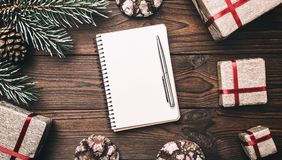 上棕色片段室内木头的背景 2007个看板卡招呼的新年好 杉树,装饰锥体 消息空间圣诞节和新年 xmas的礼物 免版税库存图片