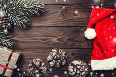 上棕色片段室内木头的背景 2007个看板卡招呼的新年好 杉树,装饰锥体 甜点 消息空间圣诞节和新年 xmas的礼物 免版税库存图片