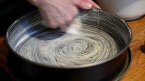 上油一个大面包平底锅用黄油烘烤蛋糕 股票视频