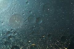 上油下落灰色蓝色,在水-抽象背景中 免版税库存照片